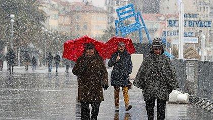 Frio causa mortes e paralisa trânsito em estradas da Europa
