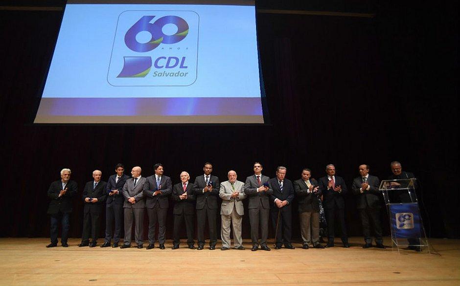 Diretoria e ex-presidentes da entidade são homenageados