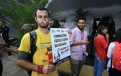 Participante protesta contra uso de combustível fóssil