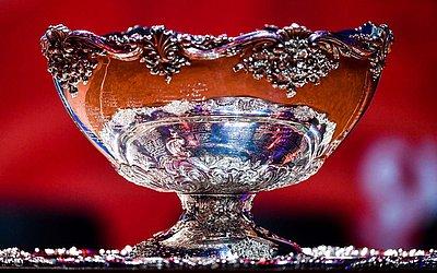 O troféu da Copa Davis é exibido durante o sorteio na véspera da final entre França e Croácia no Estádio Pierre Mauroy em Villeneuve-d ' Ascq, norte da França.