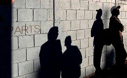 Imigrantes centro-americanos, principalmente a partir de Honduras, são vistos do lado de fora de um abrigo temporário em Tijuana, estado de Baja California, no México, na fronteira EUA-México.