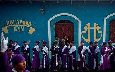 """Membros da Irmandade Nazareno participam da procissão de """"Los Cristos"""" (The Cristos) em Izalco, 60 km a oeste de San Salvador"""