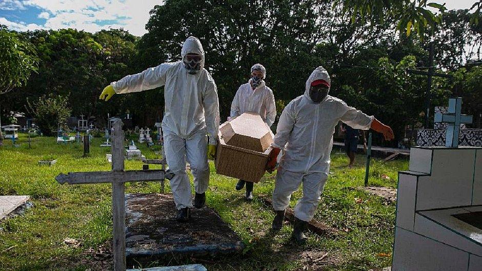 Corpo de vítima do coronavírus é sepultado no Cemitério Municipal Recanto da Paz, em Breves, Ilha de Marajó, no Pará