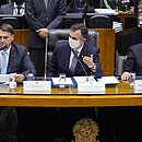 Bolsonaro ao lado dos presidentes da Câmara e do Senado