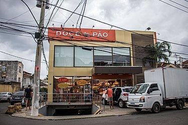 O prefeito ACM Neto anunciou nesta quinta-feira (28) que as padarias e delicatessens poderão continuar funcionando mesmo em bairros com medidas mais restritas no combate ao coronavírus.