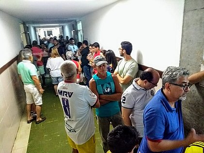 Idosos enfrentam longas filas no Pavilhão de Aulas do Canela