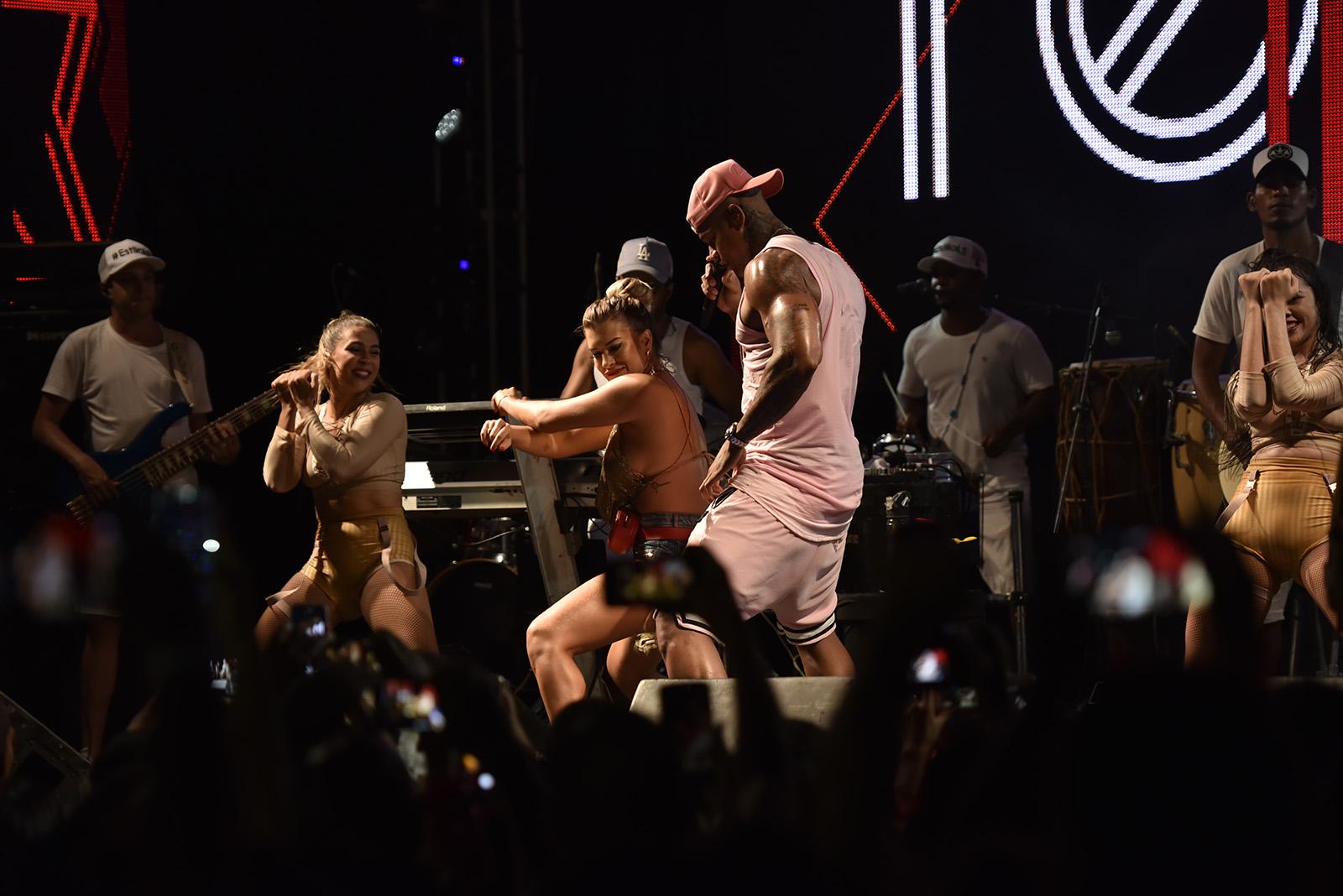 Na noite de segunda (12), Léo dançou com a namorada, Lore Improta, no Camarote Club