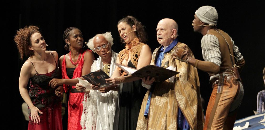 A atriz e cantora Laila Garin (esquerda) fez uma participação especial junto com 12 dançarinos; ela se juntou a Harildo Déda, Valdineia Soriano, Cyria Coentro e Hilton Cobra