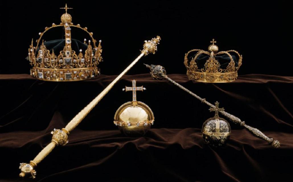 Peças roubadas da catedral de Strängnäs a cerca de 100 km de Estolcomo, capital da Suécia. As jóias fúnebres de 1611 em ouro foram enterradas com o casal real e estavam em exposição após a exumação.