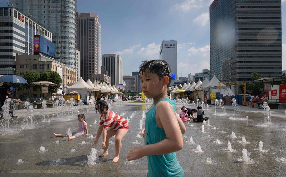 Fonte em Gwanghwamun, em Seul, onde a temperatura chegou a 39 graus no primeiro dia de agosto marcando o o dia mais quente em 111 anos.