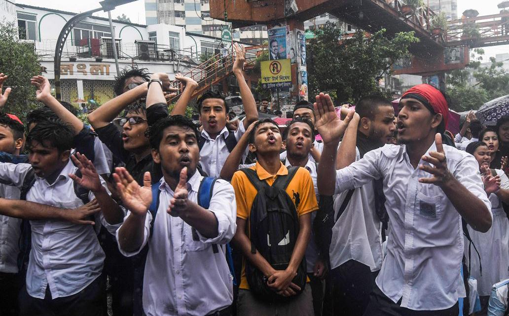 Estudantes de Bangladesh bloqueiam uma estrada durante um protesto em Dhaka após a morte de dois colegas universitários foram mortos por um ônibus em alta velocidade.