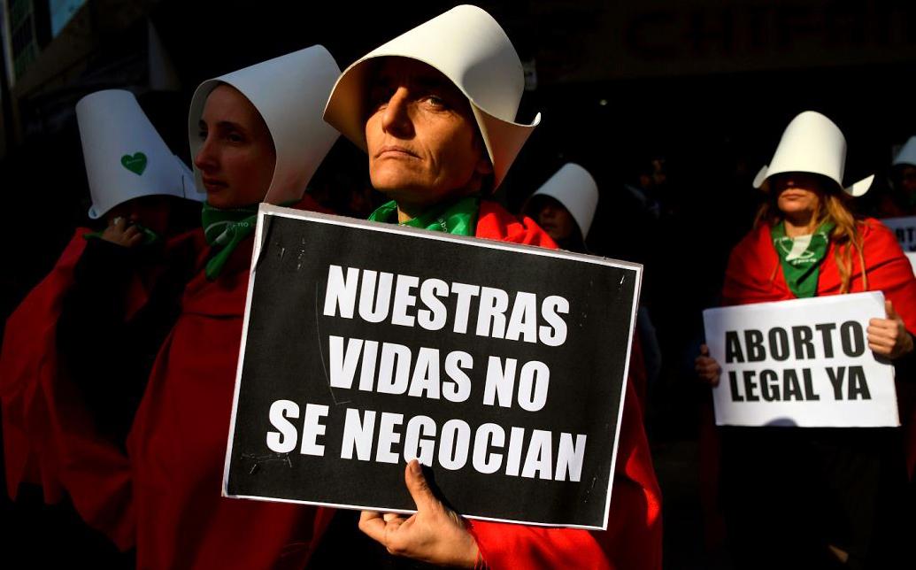 Ativistas pró legalização do aborto se manifestam em frente ao Congresso Nacional de Buenos Aires.