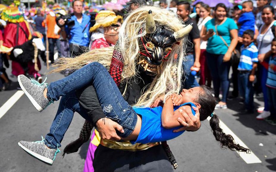 Parada que inicia o Festival em honra ao Divino Salvador do Mundo em San Salvador.