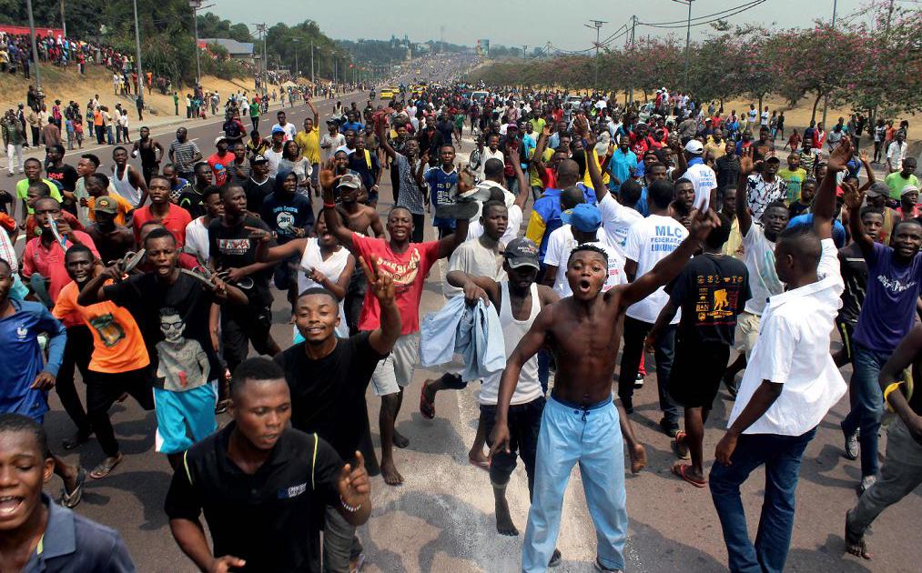 Manifestantes pela libertação do Congo comemoram a volta de Jean-Pierre Bemba após anos anos de exílio. Ele promete disputar eleições contra o atual presidente Joseph Kabila.