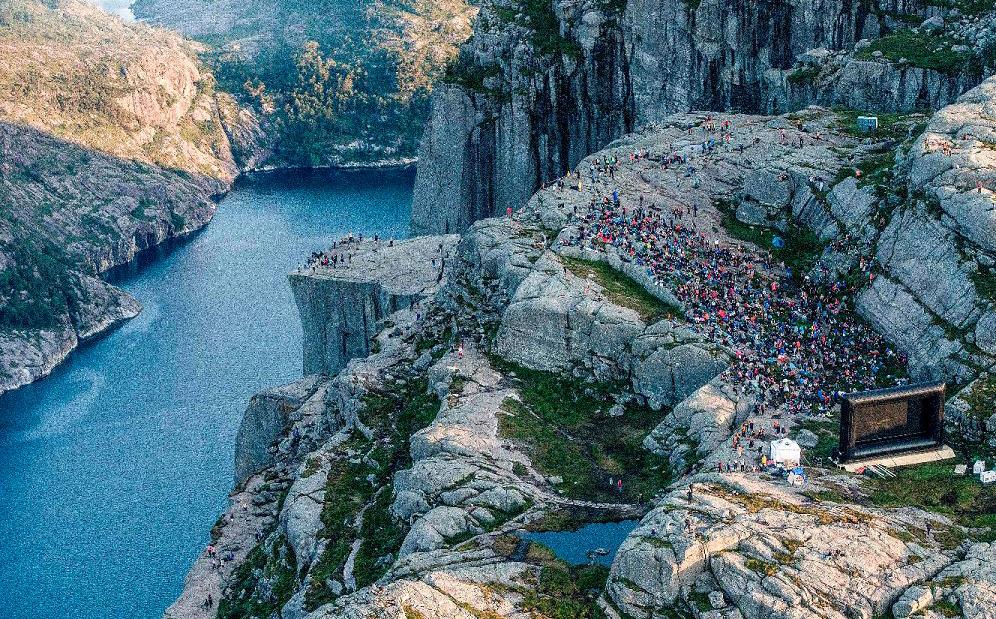 """Montanhas de Preikestolen (Pullpit rocha) em Forsand,  perto de Stavanger, na Noruega onde foram filmadas cenas do filme """"Missão: impossível — Fallout"""" em novembro passado. A produção promoveu uma exibição do filme na locação."""