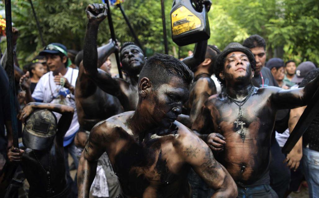 Católicos untados em óleo queimado participam da abertura da celebração de dez dias do festival de Santo Domingo de Guzman, Manágua