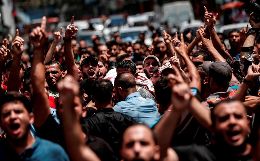 Palestinos carregam o corpo de um militante do Hamas morto em conflito com israelenses, em Jabalia, no norte da faixa de Gaza.