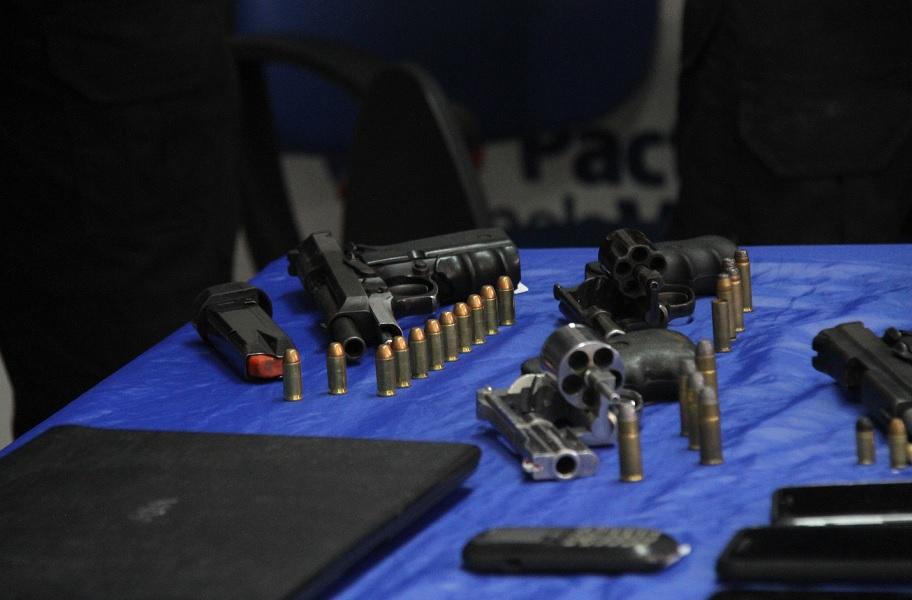 Armas e outros materiais também foram encontrados na casa de suspeitos