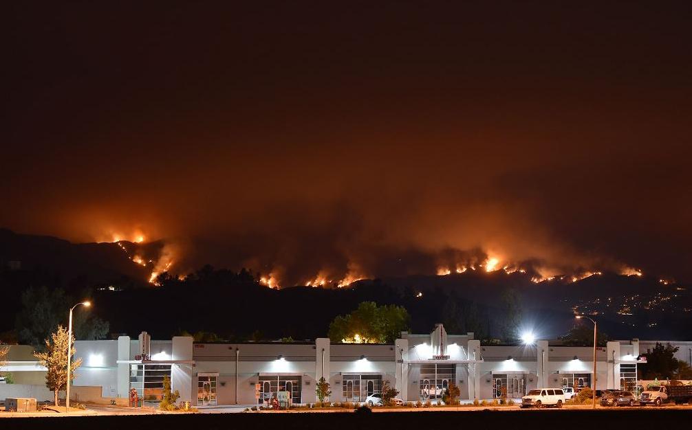Incêndio na floresta nacional de Cleveland, perto de Lake Elsinore, Califórnia. O fogo já consumiu uma área de 4.000 hectares cerca de 75 milhas (120km) a sudeste de Los Angeles.