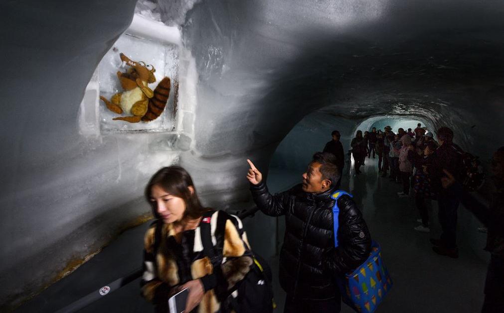 Bonequinho de Scrat, o esquilo herói do filme A Hora do Gelo, recebe os turistas que visitam o Jungfraujoch, a 3500 metros de altitude, nos Alpes suíços.