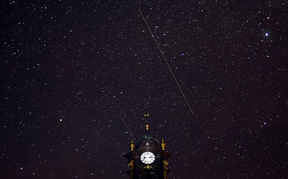 Meteoros Perseidas cruzam o céu de uma Igreja Católica na aldeia de Vouchyn, cerca de 380 km a sudoeste de Minsk.