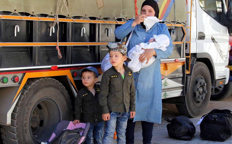 Refugiados sírios se preparam para ser evacuados da vila libanesa de Shebaa, no Líbano.