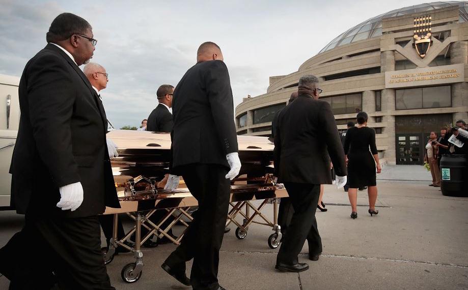 Os restos mortais de Aretha Franklin chegam no Charles H. Wright Museum, onde permanecerá até seu entrero no dia 31 de agosto.