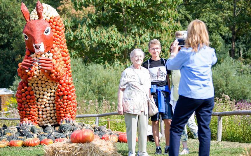 Estátuas feitas com abóbora na exposição dedicada a elas em Ludwigsburg, no sul da Alemanha