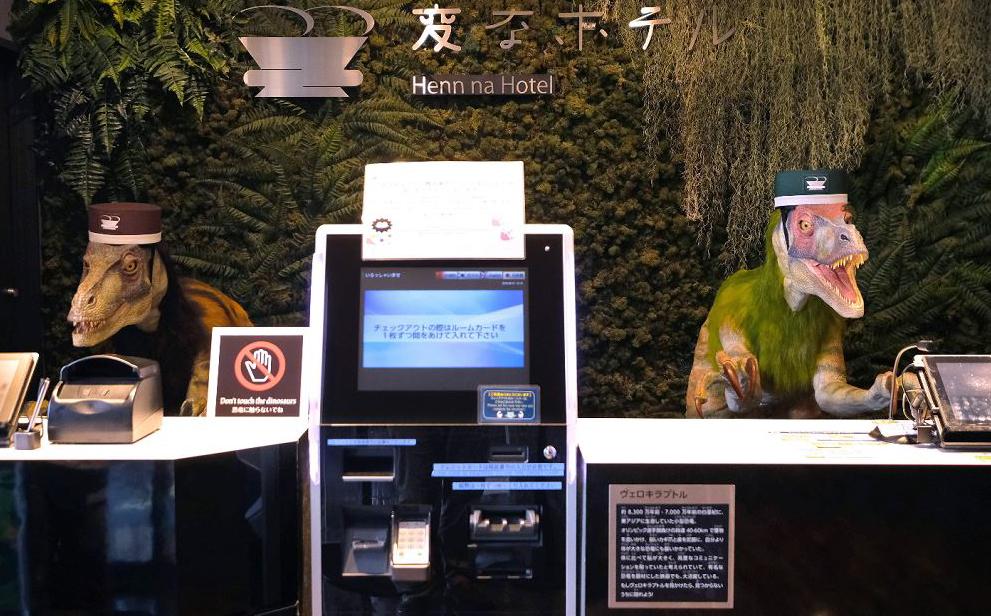 Um par de robôs dinossauros recebem os hóspedes na recepção do Hotel Henn-em Urayasu, em Tóquio, O estabelecimento se vende como o único hotel do mundo que emprega robôs.