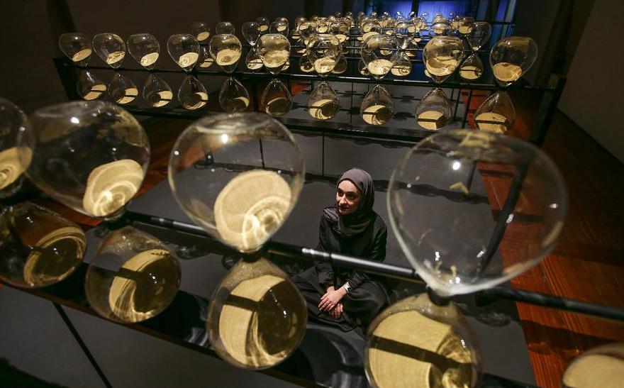 Kholoud Sharafi e sua obra intitulada 'Emirados Árabes Unidos, o tempo é subjetivo' realizada em parceria com Reem Al Ghaith, Kholoud Sharafi, Carlos Gris, Hamza Al Omari e Claudia Rivera, na Bienal de Design de Londres.