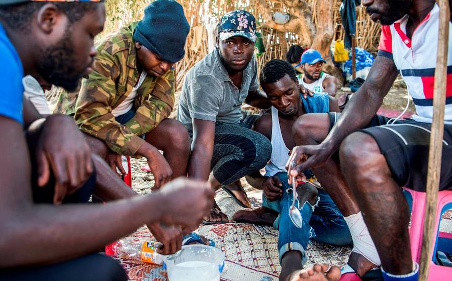 Migrantes da África Subsaariana se abrigam em um barraco em uma floresta no distrito de Boukhalef, na periferia sudoeste da cidade de Tânger, com vista para o estreito de Gibraltar.
