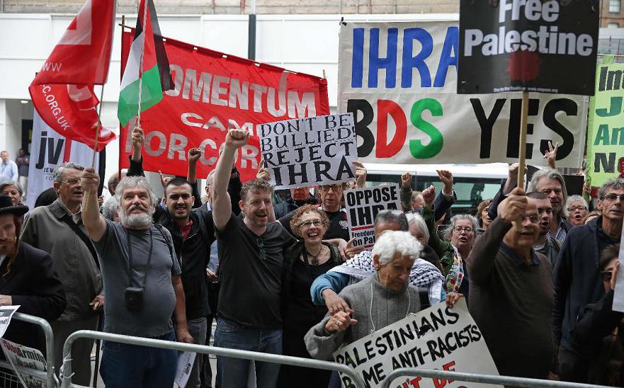 Manifestantes protestam em frente ao Partido dos Trabalhadores de Londres, O ataul líder do partido, Jeremy Corbyn, vem sendo questionado por por supostamente permitir que o anti-semitismo se espalhe no partido.