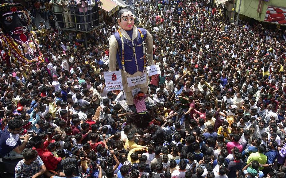 Festival de Marbat em Nagpur, na ìndia. A festa envolve a construção, desfile e queima de ídolos que representam as forças do mal.