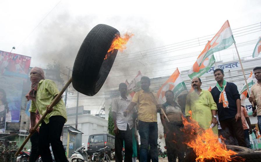 Protestos na Índia contra o aumento do preço da gasolina em Agartala, capital do nordeste do estado de Tripura. Partidos de oposição, liderados pelo Congresso Nacional organizaram uma greves de âmbito nacional.