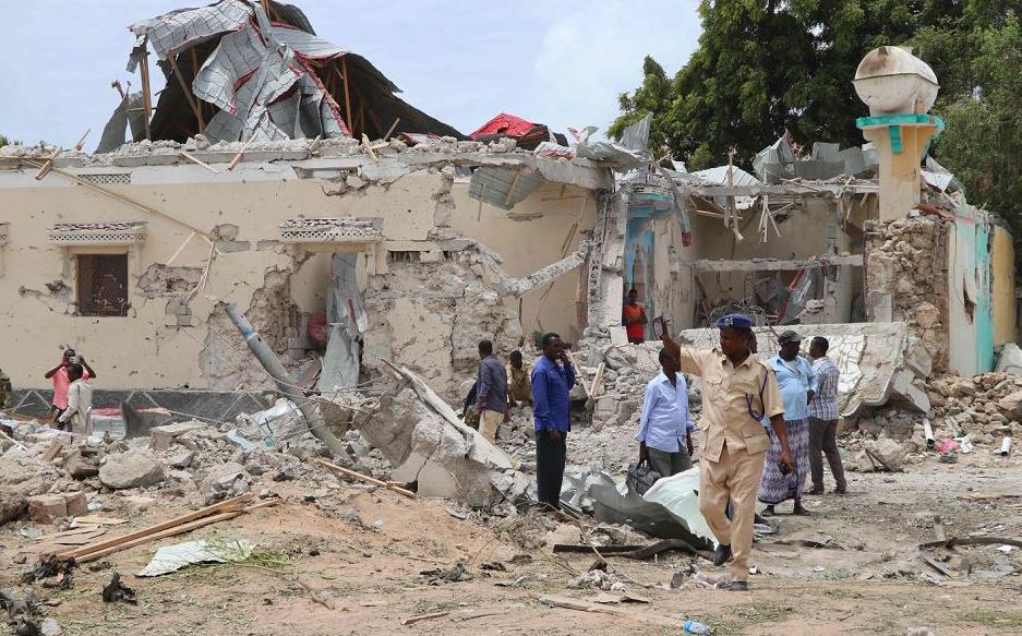 Escombros deixados pela explosão de um carro-bomba explodiu em frente a um prédio do governo em Mogadíscio, na Somália. De acordo com a polícia local, seis pessoas morreram e 16 ficaram feridas.