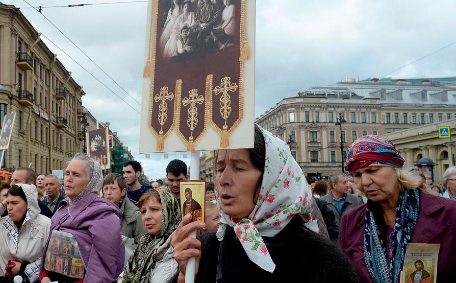 Procissão ortodoxa russa no centro de São Petersburgo.