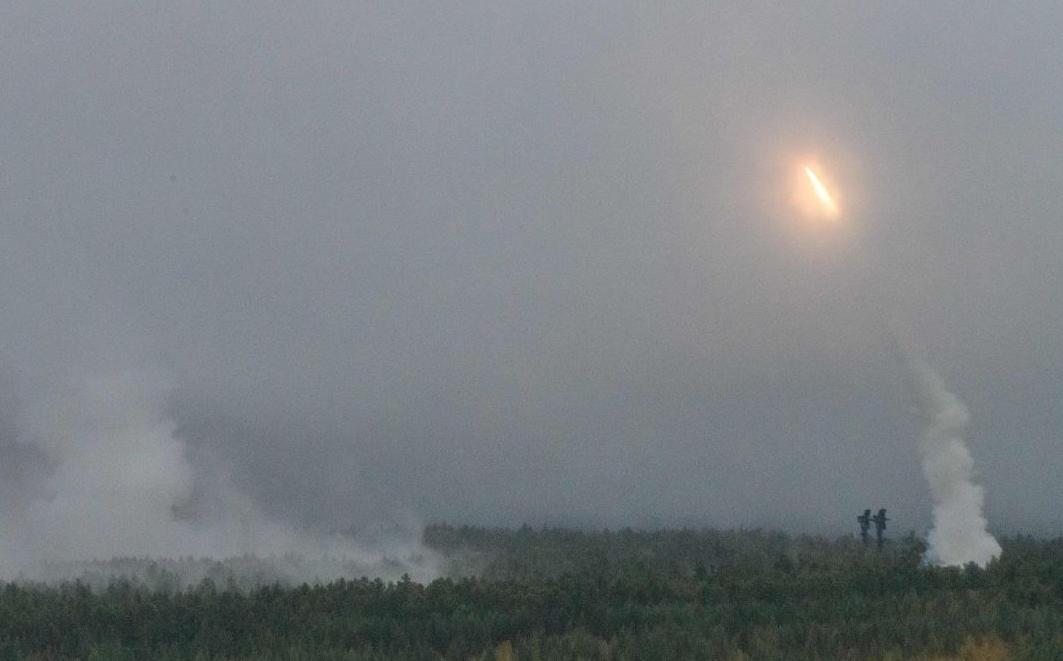 Exército russo dispara mísseis durante os exercícios militares em Vostok, no campo de treinamento de Telemba, cerca de 130 km ao norte da cidade siberiana de Chita.