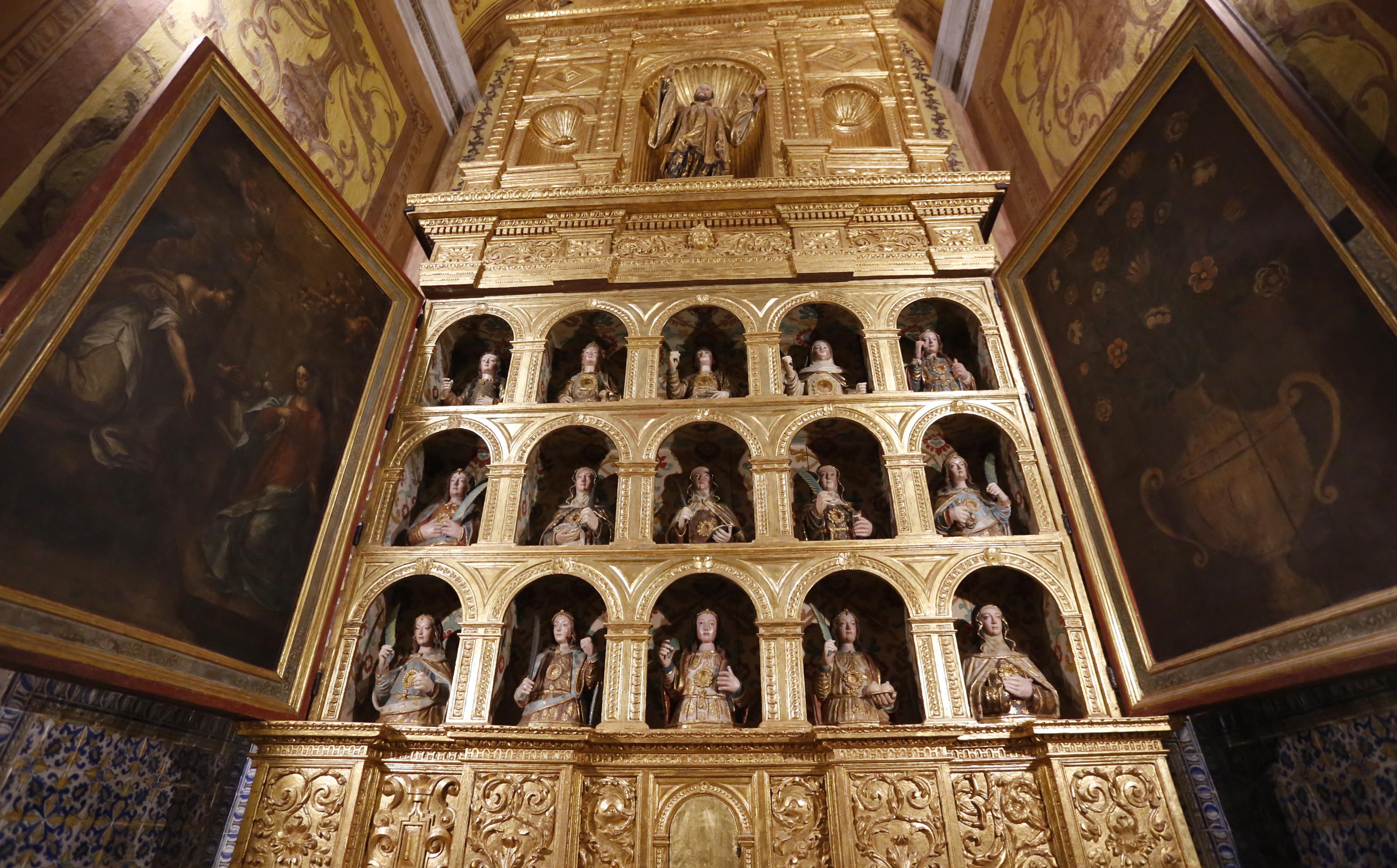 Capela lateral . Os bustos que estavam no Museu de arte sacra puderam voltar à Igreja.