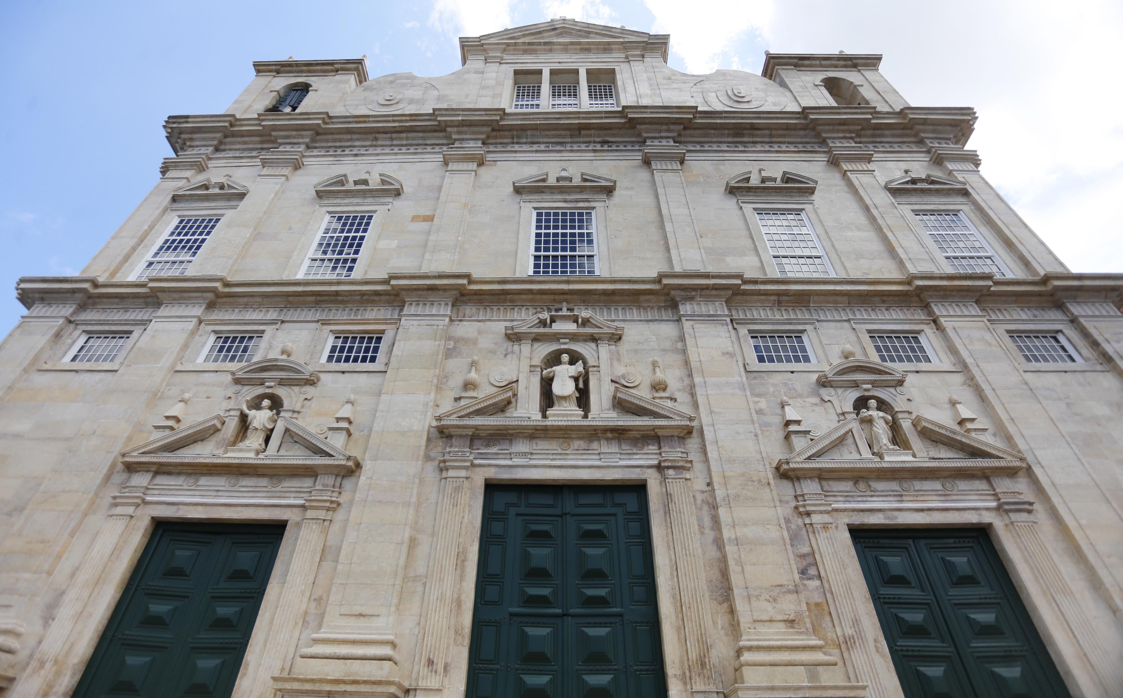 A fachada em pedra de lioz, calcáreo português.
