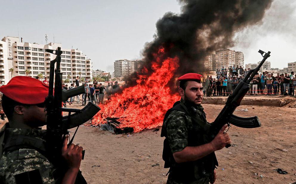 Membros do grupo palestino Hamas vigiam a queima de drogas apreendidas na cidade de Gaza.