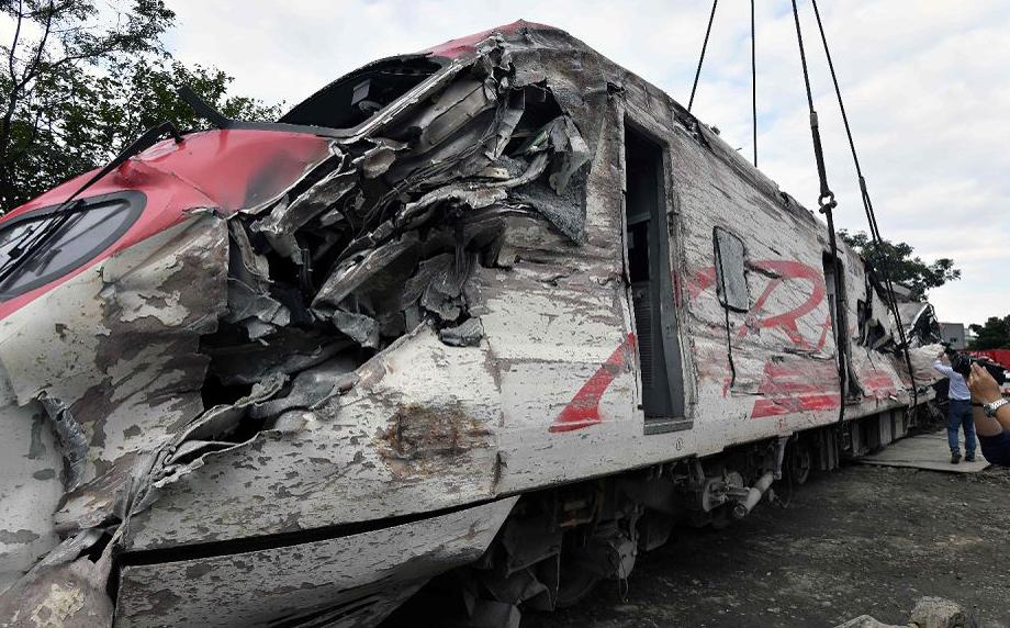 Comboio avariado do trem expresso Puyuma é elevador por um guindaste em Yilan, em Taiwan Oriental. O trem expresso descarrilou em uma rota de turismo costeiro, matando 18 pessoas no pior acidente ferroviário da ilha.