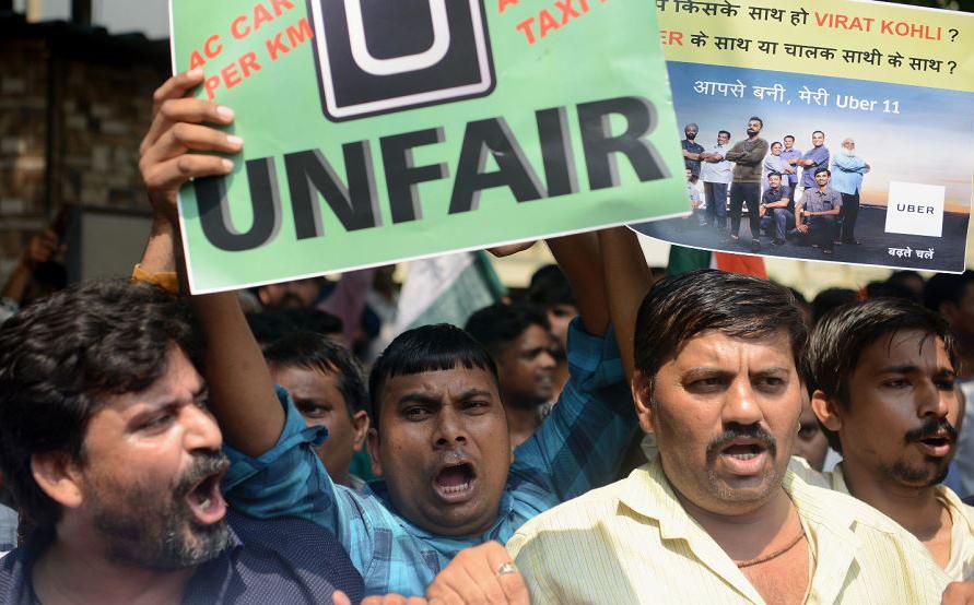 Motoristas de táxi protestam contra serviços como o Uber e congêneres em Mumbai. Eles também são contra os aumentos de preço de combustível e exigem revisões tarifárias para tornar o táxi mais economicamente viável.