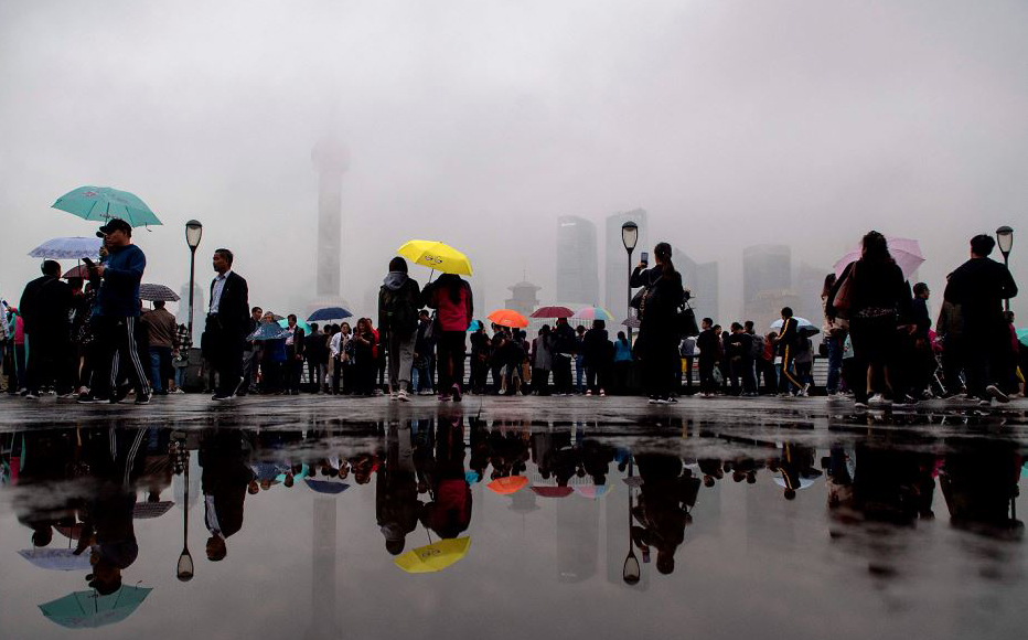 Turistas no distrito financeiro de Pudong em Xangai.