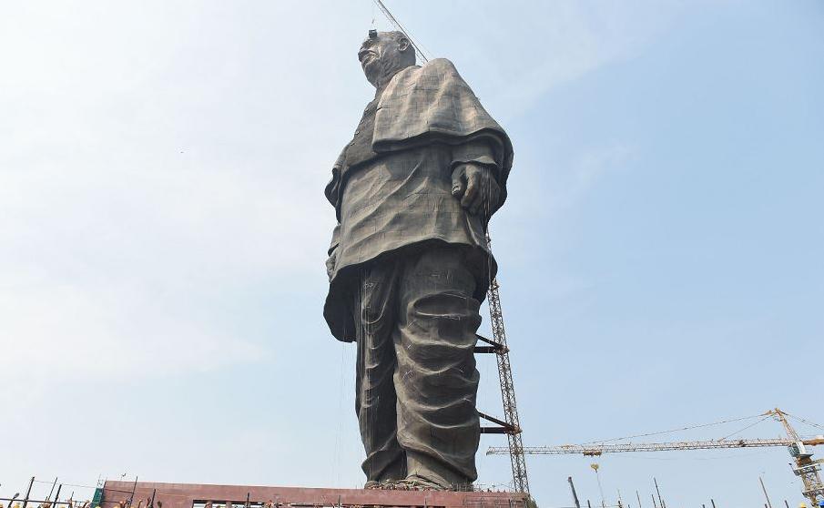 Estátua mais alta do mundo, dedicada ao líder da independência indiana Sardar Patel de VAZZARI, com vista para o Sardar Sarovar Dam perto de Vadodara, no estado de Gujarat. O monumento tem 182 metros de altura.