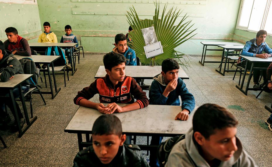 Uma folha com sua imagem ocupa o lugar do garoto de 14 anos Khaled Abu Said, um dos três adolescentes palestinos mortos por um ataque aéreo israelense na fronteira de Gaza.