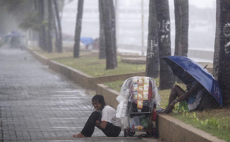 O tufão Yutu atinge a Baía de Manila nas Filipinas, com ventos violentos que destruiram telhados e arrancaram árvores, causando a evacuação de milhares de pessoas antes da chegada da tempestade.