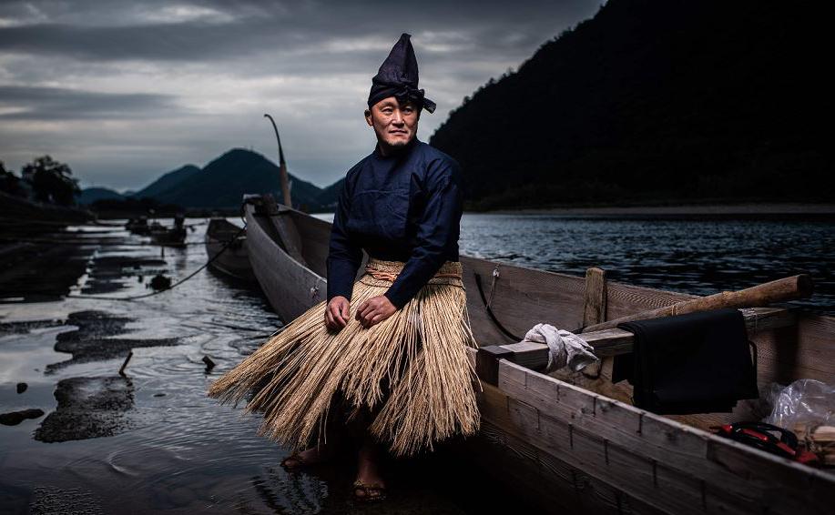 """Retrato do """"Ukai""""11 Shuji Sugiyama, um pescado tradicional do Japão que pesca com a ajuda dos corvos-marinhos, em Gifu. A profissão entrou em declínio gradual ao longo dos séculos e agora é patrimônio nacional do país."""