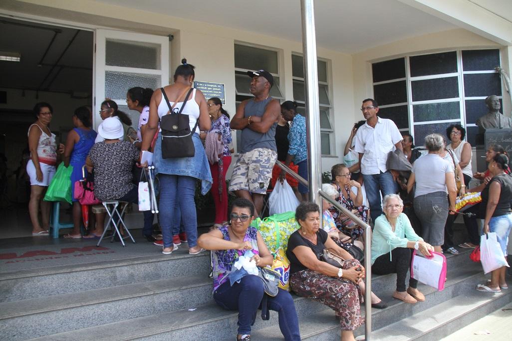 Ainda de acordo com a Direção Administrativa do Aristides Maltez, todas as pessoas que estão na fila serão atendidas.