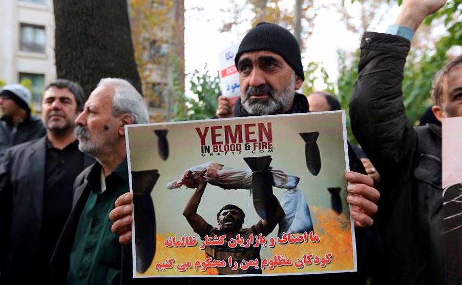 Manifestação de iranianos em frente do escritório da ONU em Teerã, em apoio ao povo do Iêmen. A  Organização Mundial de saúde diz que quase 10.000 pessoas foram mortas no Iêmen desde a intervenção Saudita.