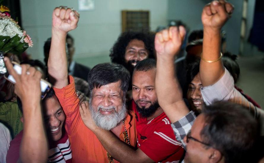 """O fotógrafo e ativista de Bangladesh, Shahidul Alam (2 E) é solto da prisão Central de Dhaka, Keraniganj, após mais de 100 dias atrás das grades, por alegadas declarações """"falsas e provocadoras"""" na televisão Al Jazeera."""